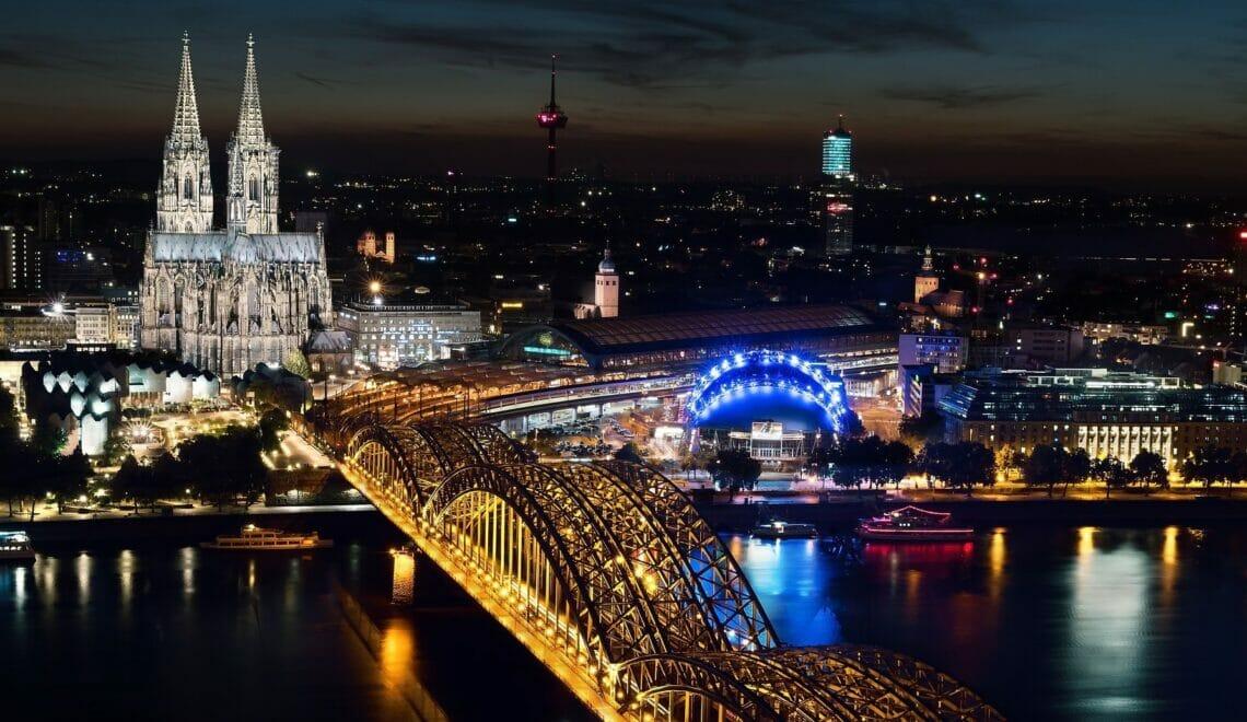 Kölner Dom von oben bei Nacht